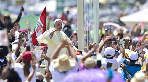 Pope Francis waves at the crowd of faithful gathering for an open-air mass at Samanes Park in Guayaquil, Ecuador, on July 6, 2015.  Pope Francis, in South America on a three-nation tour, will perform mass in Ecuador Monday, with more than a million faithful -- many of whom camped out overnight -- expected to attend. AFP PHOTO/RODRIGO BUENDIA